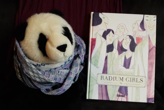Peluche panda à côté de la BD Radium Girls de Cy aux éditions Glénat