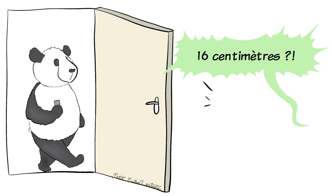 """Moustache le panda se promène, son téléphone portable dans la main. Il entend Petit Lutin qui dit assez fort """"16 centimètres ?!"""""""