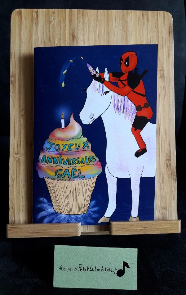 Photo de la carte d'anniversaire que j'ai réalisée en faisant un fan-art de Deadpool sur une licorne avec un cupcake