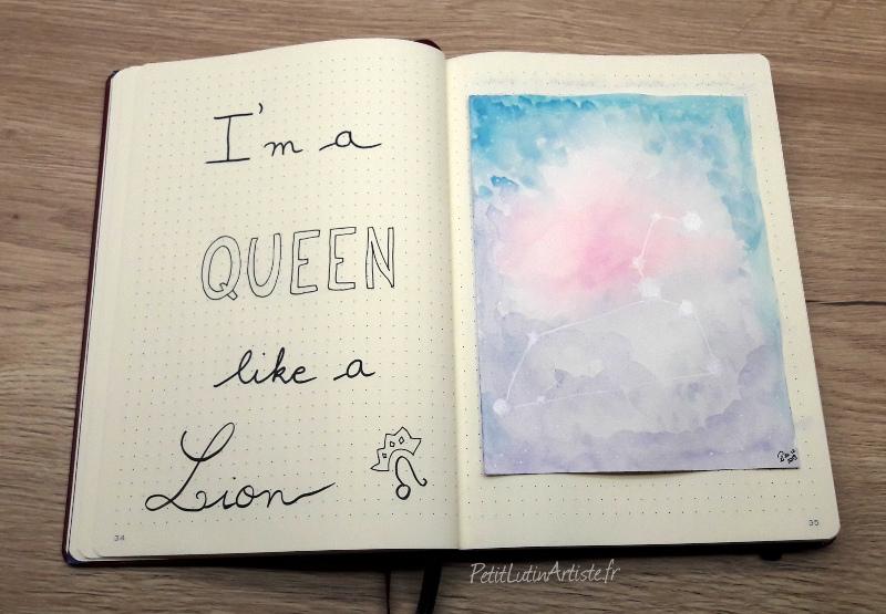 """photo de mon bullet journal, plan with me janvier 2020 : double page de couverture. A gauche il est écrit """"I'm a queen like a lion"""" et à droite j'ai fait une aquarelle d'inspiration """"galaxie"""" pour représenter la constellation du Lion"""