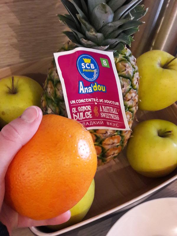 Photo de la corbeille de fruits avec une orange et un ananas d'une marque nommée Anadou