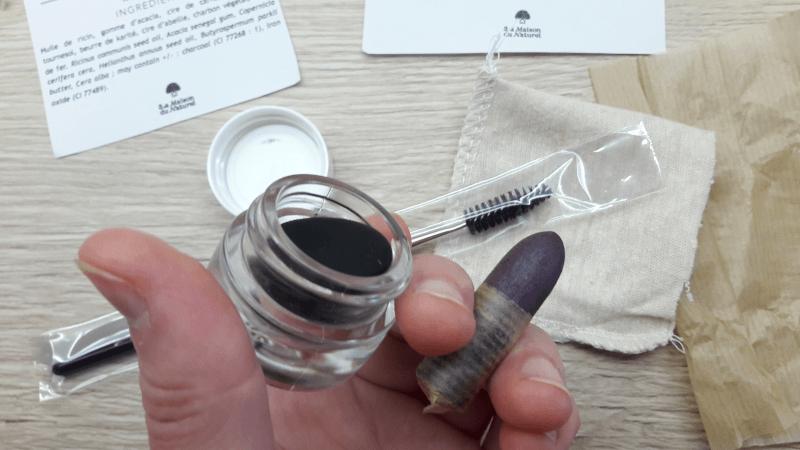 photo unboxing : pot de mascara ouvert, khôl déballé