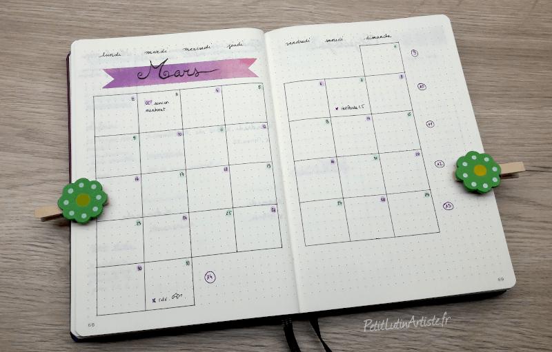 bullet journal, weekly log : calendrier mars 2020 sur une double page. Le mot Mars est calligraphié sur du scotch coloré violet